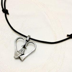 Sydän-kaulakoru kengitysnauloista