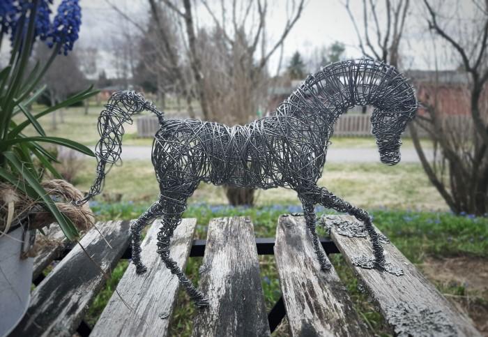Rautalangasta muotoiltu hevonen laukkaavassa asennossa