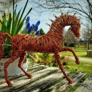 Kuparilangasta käsin taivutettu laukkaava hevosveisos