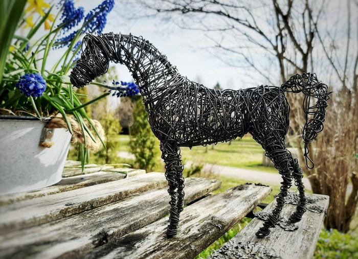 Rautalangasta käsin valmistettu seisovassa asennossa oleva hevosveistos
