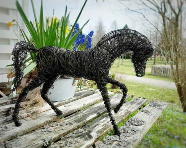 Tummasta rautalangasta tehty laukkaavaq hevonen