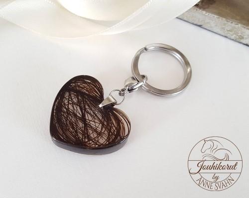 Hartsista ja jouhista tehty sydämenmuotoinen avaimenperä